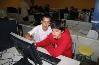 Dos menores legazpiarras frente a un ordenador